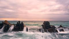 De frente ... (Fran-Garrido) Tags: nikon d7100 tokina tokina1116f28 paisajes playa mar marina cielo nubes rocas olas largaexposición polarizador atardecer invierno oleaje 500px frangarrido qdd malaka bolonia cádiz bañeras