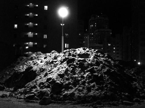 Куча снега под фонарём ©  ayampolsky