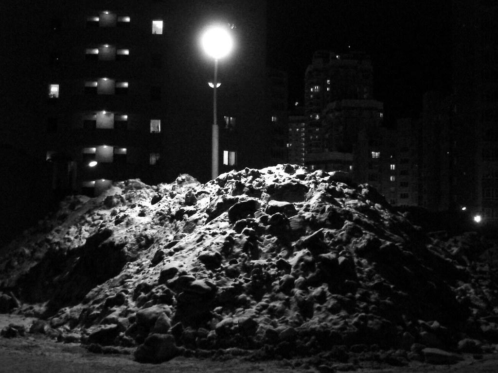 фото: Куча снега под фонарём