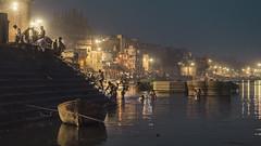 Varanasi! Rio Ganges. Ablución al amanecer. Ritual por el cual los hinduistas se lavan cada mañana para su purificación en el río Ganges. (NachoAcaso.es) Tags: winner alt varanasi ghats ablucion india ganges nightphotography