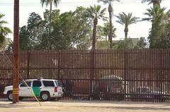 The wall <> Le mur. (France-♥) Tags: 252 wall barrier california mexico car border calexico usa etatsunis palmier arbre tree jeep borderpatrol