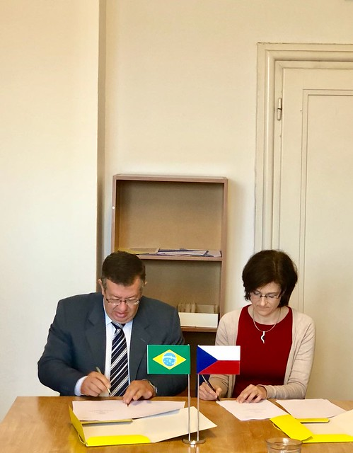 Assinatura de ata de reunião que concluiu negociação do Acordo de Previdência entre o Brasil e a República Tcheca. 16.mar.2018