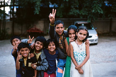 Village kids (Stephen Dowling) Tags: 35mm india film travel voigtlandervsl1 colorultron5018 kodakektar100 bangalore