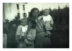 i gemelli a Canove - agosto 1935 (dindolina) Tags: photo fotografia blackandwhite bw biancoenero monochrome monocromo vintage portrait ritratto family famiglia history storia vignato gemelli twins italy italia veneto asiago canove roana 1935 1930s thirties annitrenta