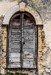 C'era una volta... Once upon a time... (Pablos55) Tags: portone portal muro mattoni wall bricks lucchetto lock degrado decay ventiquattro 24 twentyfour