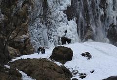 une petite photo au pied de la Pissevache (bulbocode909) Tags: valais suisse vernayaz pissevache cascades montagnes nature gel glace hiver rochers neige eau gens