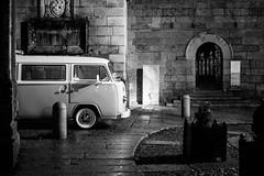 (fernando_gm) Tags: guimaraes portugal europa europe city ciudad blackandwhite bw blancoynegro volkswagen vw viaje travel trip traveling travelling street calle callejera car fuji fujifilm f14 35mm xt1 night