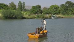 _DSC3828. Både to og firbente skulle krysse nilen. (Berit Christophersen) Tags: thebluenile river ethiopia etiopia sonyalpha africa afrika travel