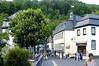 Monschau, die Kastanie blüht (zimmermann8821) Tags: altstadt architektur gebäude sehenswürdigkeiten stadt strase gebüsch nordrheinwestfalen monschau kastanienbaum