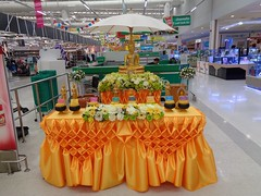 songkran shrine at our supermarket (the foreign photographer - ฝรั่งถ่) Tags: buddhist shrine tesco lotus supermarket laksi bangkhen bangkok thailand sony