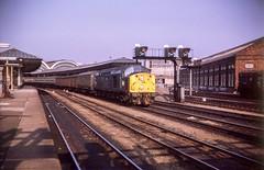 Hitting the up road (Nodding Pig) Tags: york railway station train yorkshire england greatbritain uk 1974 class40 dieselelectric locomotive englishelectric type4 britishrail easternregion film scan transparency 35mm kodachrome prinzmastermaticiii g011101 ecml
