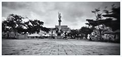 Fotografía Estenopeica (Pinhole Photography) (Black and White Fine Art) Tags: fotografiaestenopeica pinholephotography camaraestenopeica pinholecamera pinhole estenopo estenopeica lenslesscamera camarasinlente bn bw plazacolon sanjuan oldsanjuan viejosanjuan puertorico