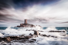 U N F O R G I V E N • 2 (Dominique Richeux Photography) Tags: sunset sunrise soleil lever coucher sun mer ocean sea vagues waves antibes dramont var saintraphael frejus france mediterranée mediterranean castle murs chateau tour walls ruins ruines eau water rochers rocks longexposure photo beauty natural nature landscape paysage seascape waterscape cloudsscape rose pink nuages clouds ciel sky horizon skyline