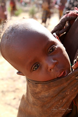 Enfant à Turmi (jmboyer) Tags: eth7215 ©jmboyer gettyimages imagesgoogle photoyahoo photogéo lonely picture nationalgeographie canonfrance canon ኢትዮጵያ travel አፍሪቃ viajes voyage googlephotos ethiopie ethiopia afrique afriquedelest eastafrica géo yahoo eth4548 lonelyplanet googleimage impressedbeauty nationalgeographic photoflickr photosgoogleearth photosflickr photosyahoo flickr photo photography africa etiopija photos äthiopien