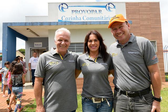 Os pilotos da Copa Truck Débora Rodrigues, Renato Martins e Wellington Cirino visitaram o Provopar, programa do voluntariado paranaense - Foto: Duda Bairros/Copa Truck