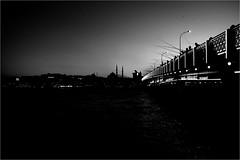 spi_317 (la_imagen) Tags: türkei turkey türkiye turquía istanbul istanbullovers karaköy galatabrücke galatabridge yenicamii newmosque neuemoschee eminönü evening abend akşam haliç goldeneshorn goldenhorn sw bw blackandwhite siyahbeyaz monochrome street streetandsituation sokak streetlife streetphotography strasenfotografieistkeinverbrechen menschen people insan silhouette siluet