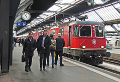 Hurrying to and from the excellent bar on the station concourse are these travellers who are ignoring the sight of double headed SBB 11302+11304 which have brought in an evening arrival. Zurich Hbf 18March2018 (mikul44171) Tags: zurichhbf 11302 11304 briefcase commuters gleis9 peakhour boozers bar twobytwo mondaine clock stationclock concourse sbb travellers