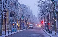 La Rambla es desperta nevada / Snowy morning street (SBA73) Tags: sabadell catalunya catalonia nevada snow snowing schnee neva nieva nieve blanc centre carrer calle street hivern invierno winter cotxe car waggen fred cold rambla semafor lights