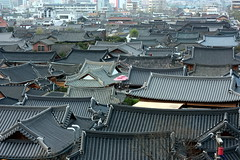Jeonju (Explored) (mbphillips) Tags: 한국 韓國 jeonju 전주 全州 전라북도 全羅北道 hanok 한옥 韓屋 fareast asia アジア 아시아 亚洲 亞洲 mbphillips canon450d jeollabukdo northjeollaprovince korea 韩国 southkorea 대한민국 republicofkorea 大韓民國 geotagged photojournalism photojournalist canonef50mmf18ii roof