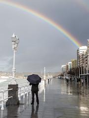Paseo del Muro. Gijón. (David A.L.) Tags: asturias asturies gijón paseodelmuro paseo arcoiris paraguas reflejo