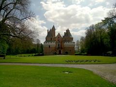 Château Fort de Rambures (bruno carreras) Tags: chateau castillo castle rambures francia france eglise iglesia church jardin garden cementerio cemeteri cent
