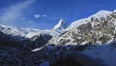 un matin à Zermatt (bulbocode909) Tags: valais suisse zermatt villages chalets maisons montagnes nature cervin nuages paysages bleu neige