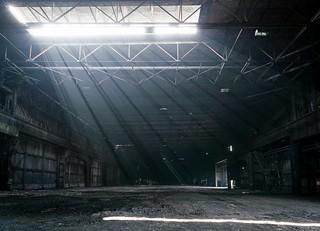 Lichtstrahlen im ehemaligen Walzwerk