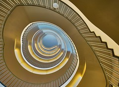 Blue Eye (Arx Zyanos) Tags: sony ilce7rm3 a7rmk3 voigtländer hyper wide heliar 10mm 10mm56 voigtländer10mmf56hyperwideheliar stairs stair staircase staircases treppe treppen treppenhaus architektur munich münchen architecture colors colored colorful blue orange yellow blueeye