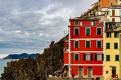 Riomaggiore... (J&S.) Tags: italie cinqueterre riomaggiore mer ligurie laspezia village maison rouge