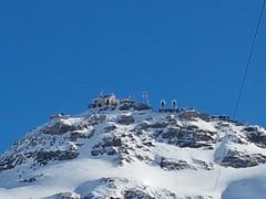 Ghiacciaio del Plateau Rosa 3500 mslm. C'è l'arrivo della funivia che parte dal territorio di Cervinia ed il confine tra Italia e Svizzera. È possibile iniziare la discesa verso Zermatt oppure verso Cervinia o Valtournenche  #PlateauRosa #TestaGrigia #zer (Kalispera2007) Tags: plateaurosa swizzerland svizzera zermattmatterhorn matterhorn zermatt testagrigia montagna cervinia neve ski ghiacciaio snow mountain