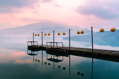 A calm morning (aramfranke) Tags: landscape lake sea reflection blue beach lighting long longexposure lines island yellow sky daylight day taiwan red evening morning mountain morninglight moody nikon nikond5500 nature view clouds cloudy colourful countryside sun sunset sunrise sunlight sigma dusk dawn dreamy jetty 臺灣 日月潭