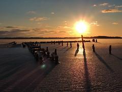 Sonnenaufgang über Strelasund (Wunderlich, Olga) Tags: strelasund stralsund bootssteg eis spiegelung schatten licht rot sonne landschaft natur mecklenburgvorpommern