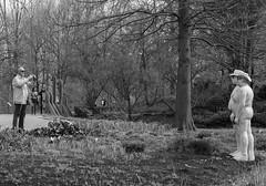 Fotograf | Photographer (MLopht | Dortmund) Tags: fotograf photographer foto gras feld maximilianpark maxipark hamm figur figuren alltagsmenschen badegäste canon eos 7d mkii eos7d 50mm streetphotography streetfotografie schwarzweis einfarbig