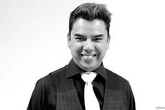 Leo (Irving Sosa) Tags: blanco negro monocromo monochrome foto picture retrato cabello hombre mexicano cantante artista corbata riendo sonrisa risa camisa elegante