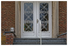 Je deviens fou (Jean-Marie Lison) Tags: eos80d bruxelles ganshoren porte escalier sculpture tête
