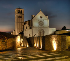 Basilica di San Francesco in Assisi (Seba.it) Tags: italy bird church topf25 italia peace searchthebest chiesa hdr assisi italie umbria sanfrancesco colomba