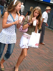 H&M Teens in Hilversum (Merlijn Hoek) Tags: girls netherlands shopping dress legs teenagers teens skirt teen burgerking babes teenager chicks hennes hm hilversum meisjes rok benen gooi kleren jurk kopen mauritz jurkje nicelegs rokje mooiebenen inkopen gooisematras gooisevrouwen hennesenmauritz drinksfromburgerking