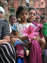 Mahabodhi Temple   mother and child making offerings 2