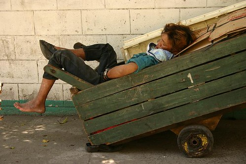 sleeping push cart kariton sidewalk street Pinoy Filipino Pilipino Buhay  people pictures photos life Philippinen  菲律宾  菲律賓  필리핀(공화국) Philippines