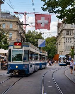 Un Tram 2000 quitte Paradeplatz après avoir croisé une rame Cobra