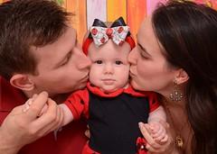 Família (Mááh :)) Tags: ensaio baby babygirl bebê 5meses beijo smack joaninha ladybug família family