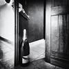 Sympa l'arrêt de porte !!! (Des.Nam) Tags: nb noiretblanc noirblanc noir bw blackwhite monochrome mono silverefex grainphoto champagne mumm desnam fuji fujinon fujifilmxpro1 1024mmf4