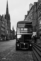 Take a ride (MF[FR]) Tags: 2016 ecosse edimbourg edinburgh scotland street pavement land vehicle bus transportation system noir et blanc black white à impérial samsung nx1 souvenirs remember old town