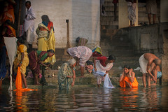 Inde: ablutions dans le Gange. (claude gourlay) Tags: inde asie asia india claudegourlay varanasi ganges ganga ablutions ghats bénares