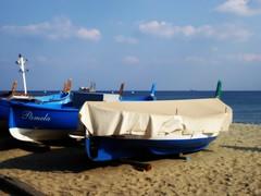 in attesa ... (fotomie2009) Tags: boat barca beach spiaggia sea mare blue barche boats liguria italy italia riviera ponente ligure savona con meg febbraio 2018 equinozio equinox