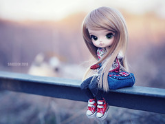 Spring Sunset (Saga☆) Tags: dal full custom pullip groove obitsu23 obitsu 23 crobidoll crobi doll girl repaint faceup makeover mikiyochii mikiyo blonde blond gold hair wig bangs curls curly green eyes cute lovely pretty sweet young lady teen teenager toy asian saga sagelith lila sunset spring bag jeans sneakers hoodie red pastel white sky nature