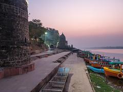 LR Madhya Pradesh 2018-2240012 (hunbille) Tags: birgittemadhyapradesh20181lr boat ghat ahilyabai ghats ahilyabaighat india madhya pradesh madhyapradesh maheshwar narmada river holy ahilya fort palace
