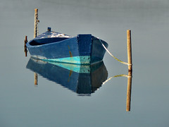 Amarrage (Jolivillage) Tags: jolivillage gruissan aude languedoc languedocroussillon occitanie france europe europa barque nave bleu blue azurro blu eau water acqua reflets riflessi geotagged picturesque boat reflection