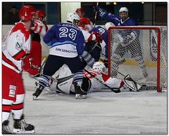 Hockey Hielo - 44 (Jose Juan Gurrutxaga) Tags: file:md5sum=531de885f66fbf326d3c16d932a70ff3 file:sha1sig=f98083ec3901de9ba343dddb1c0292230202781b hockey hielo izotz ice txuri urdin txuriurdin jaca