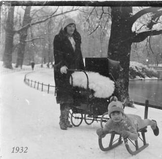 Nieuwjaarsdag 1932, moeder en kinderen, op gevonden glasplaat-negatief,